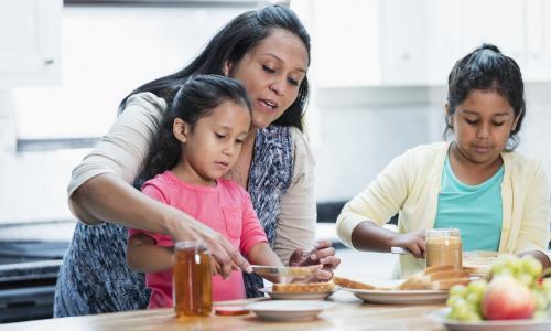 Madre con sus hijos en cocina
